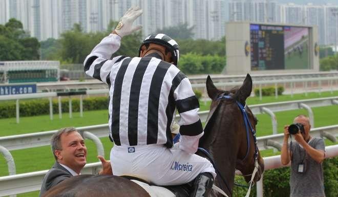 MAGIC WINCaspar Fownes congratulates Joao Moreira at Sha Tin